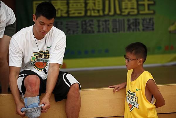 林書豪對小朋友非常親切.JPG