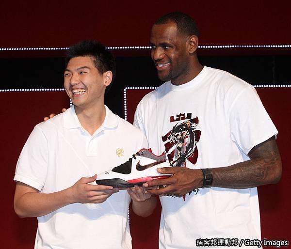 Nike 球星 LeBron James 贈送簽名球鞋Ambassador IV給U19代表球員胡瓏貿 鼓勵用運動繼續努力傾注對籃球的熱愛.jpg