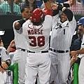 Michael Morse三局上擊出全壘打後與隊友擊掌慶祝.jpg