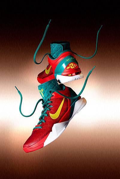設計師Eric Avar以義大利國旗配色綠白紅為主色,推出龍年特別款Nike Kobe VII System Supreme.JPG