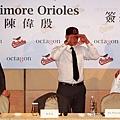 金鶯隊國際棒球事務部執行總監Ray Poitevint遞給陳偉殷金鶯球帽