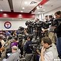 媒體大陣仗等待達比修到來