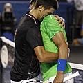 Novak Djokovic & Rafael Nadal 賽後擁抱英雄惜英雄!可惜只能有一位是冠軍