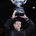 Novak Djokovic 舉起冠軍獎盃