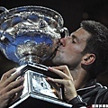 Novak Djokovic 親吻三度刻上自己大名的冠軍獎盃