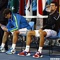 Djokovic & Nadal 等致詞等到雙腿無力 工作人員拿椅子給他們坐 XD