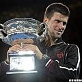 Novak Djokovic 的冠軍獎盃亮的刺眼