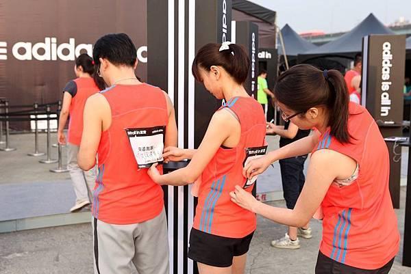 跑者紛紛在背上別上自己的all in宣言號碼布 (1)