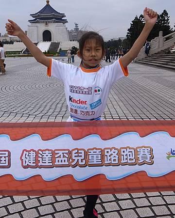 2012第一屆健達盃兒童路跑賽 小三女子組冠軍潘昱婷終點衝線畫面