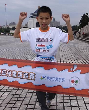 2012第一屆健達盃兒童路跑賽事今日突破個人成績體育小健將潘子易終點衝線畫面