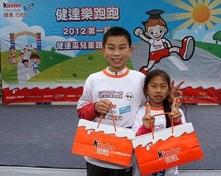 小五組冠軍體育小健將潘子易(左)和妹妹潘昱婷(右) 雙料奪金 輕鬆領取運動補給冠軍獎品