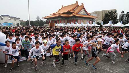 千名小學生齊聚中正紀念堂 冒雨低溫奮勇挑戰路跑賽 二
