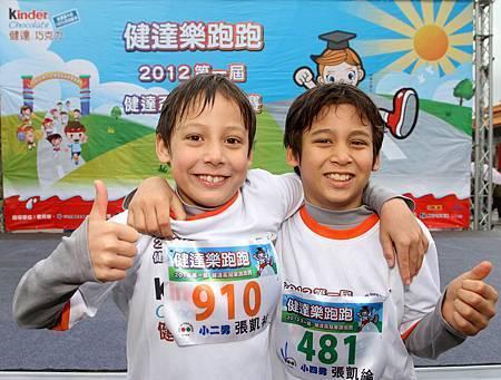 中德混血兄弟檔 低溫挑戰路跑賽事_弟弟張凱祐(左)哥哥張凱綸(右)