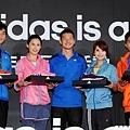 adidas台灣董事總經理畢寶元贈送楊丞琳與三位運動員幫助他們all in達到目標
