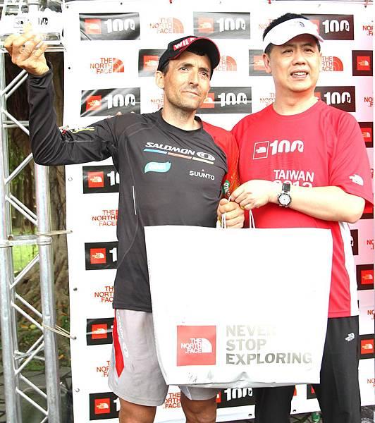 2012 THE NORTH FACE 100K 越野路跑賽冠軍-西班牙好手Miguel Heras接受星裕國際副總頒授獎牌