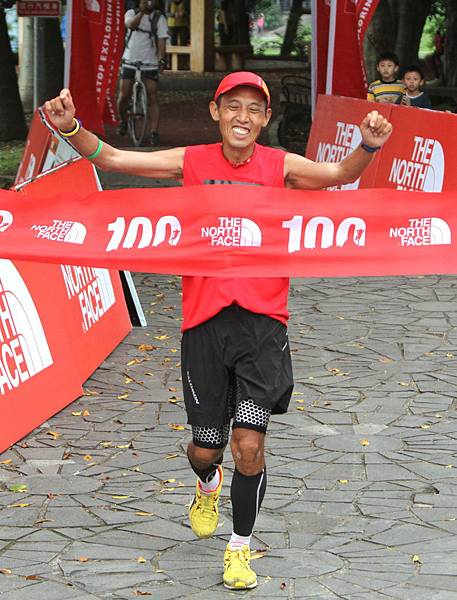 THE NORTH FACE 100K越野路跑賽國內冠軍何信言  堅持到底衝線  難掩完賽興奮