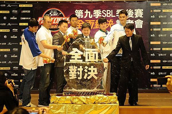 四強教練與球員一同進行破冰儀式,慶祝SBL季後賽首次前進小巨蛋