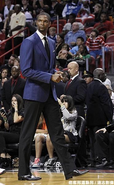 Bosh:韋二哥,穿的帥帥的在場邊看球不是很好嗎?