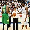 第九季SBL首次將季後賽帶進台北小巨蛋,市長郝龍斌為台啤達欣第四戰開球