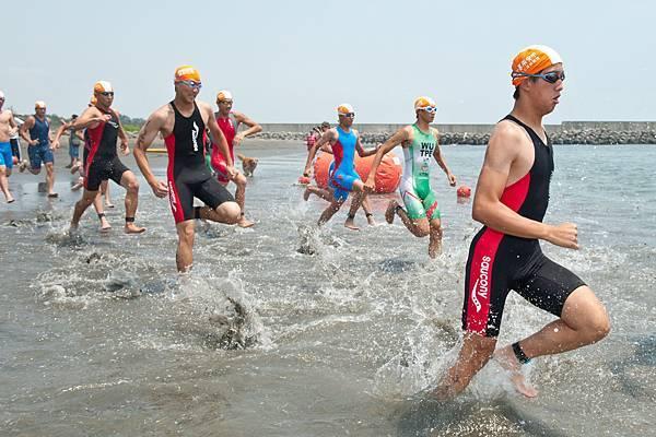 半程組男子組選手踏浪入海