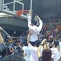 許晉哲教練剪下勝利的籃網
