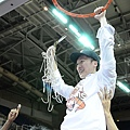 璞園總教練許晉哲剪下象徵冠軍的籃網