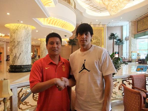 楊敬敏(右)與山西副總經理張北海(左)於簽約後合影