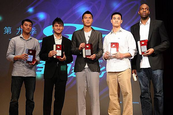 象徵SBL本季最佳五人的「年度第一隊」,由(左起)台灣大蘇翊傑、裕隆陳志忠、璞園陳信安、台啤楊敬敏(王建惟代領)、戴維斯獲獎