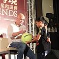 阿格西幫小小球迷簽名