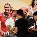 伊凡尼塞維奇替小小球迷簽名