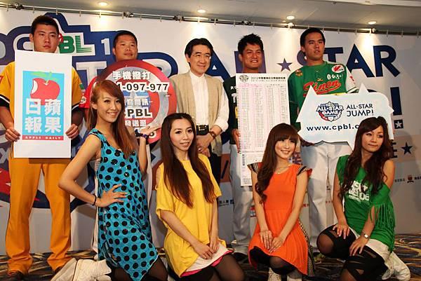 20120528四球員與ALL STAR甜心合影