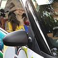 一開場,瑞莎搭著歐洲國家盃彩繪車現身會場