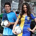 夏維耶與瑞莎一同展示比賽用球「Tango 12」