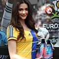 瑞莎展示 adidas 為夏維耶特製的戰靴