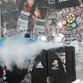 夏維耶與瑞莎將指定用球放於特製的球架,象徵歐洲冠軍盃即將開打
