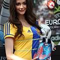 瑞莎展示 adidas 為夏維耶特製的戰靴,C代表的是captain