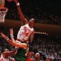 Hakeem Olajuwon  生涯季後賽曾 4 次拿下超過 40 分 15 籃板成績