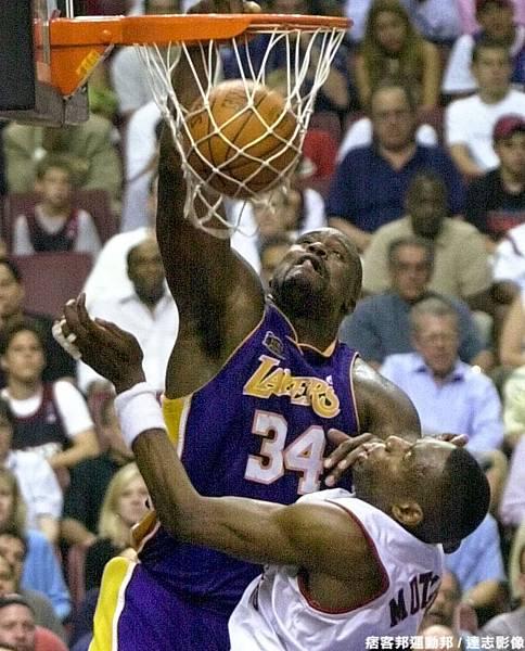 Shaquille O'Neal  生涯季後賽曾 7 次拿下超過 40 分 15 籃板成績