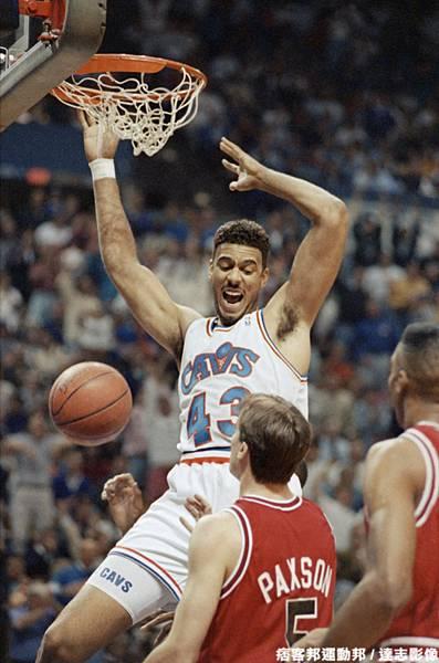 Brad Daugherty  生涯季後賽曾 1 次拿下超過 40 分 15 籃板成績