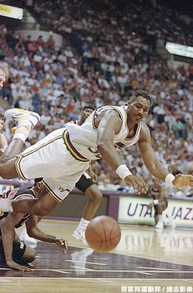 Karl Malone  生涯季後賽曾 1 次拿下超過 40 分 15 籃板成績
