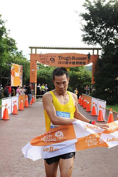 Mountain Hardwear 2012 Tough Runner越野路跑賽_男子組冠軍吳文騫衝線-1