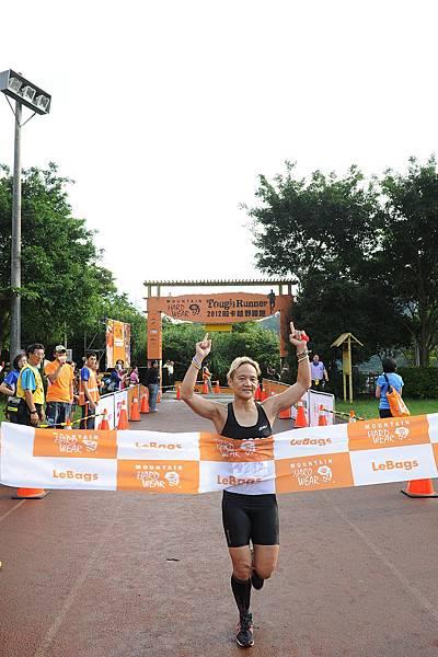 Mountain Hardwear 2012 Tough Runner越野路跑賽_女子組冠軍李筱瑜衝線-1