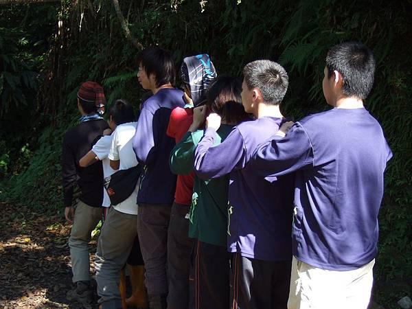 排排隊體驗毛毛蟲信任遊戲, 在野地生活中信任感是能讓團隊運作順暢的要素之一