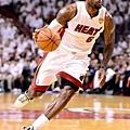 James 在本系列戰第五場比賽 拿下 26 分 11 籃板 13 助攻的大三元成績