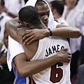 James 在賽後與 Durant 相擁