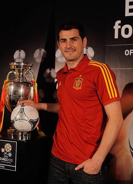 西班牙國家隊隊長Iker Casillas與歐洲盃決賽指定用球 Tango 12 Finale