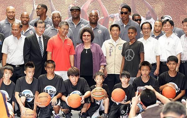 美國傳奇明星隊全體隊職員與高雄市長陳菊及訓練營學員合影