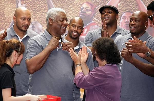 美國傳奇明星隊總教練代表全隊接受高雄市長陳菊致贈的項鍊