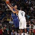 台灣明星隊簡浩在NBA明星隊CANPBELL前伺機傳球