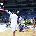 Charles Smith 與輪椅籃球隊互動